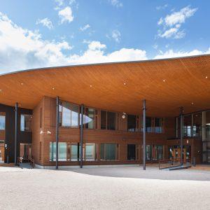 Valmiiksi maalattu, piilokiinnitettävä Topcoat-V ulkoverhouspaneeli. Kariston koulukeskus, Lahti.