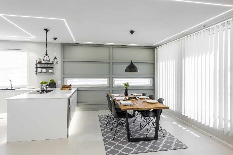 harmaata rinoitusta on käytetty keittiön seinässä