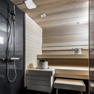 Moderni sauna valkoinen haapa-paneeli