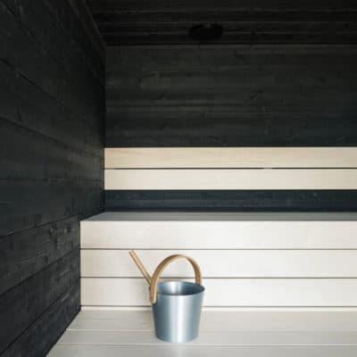 moderni sauna mustat paneelit
