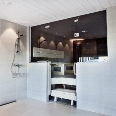 Suihkutilan katto: STRUKTUURI sisustuspaneeli, sävy: valkoinen. Saunan sisustus: STRUKTUURI sisustuspaneeli, sävy: kuultava musta.