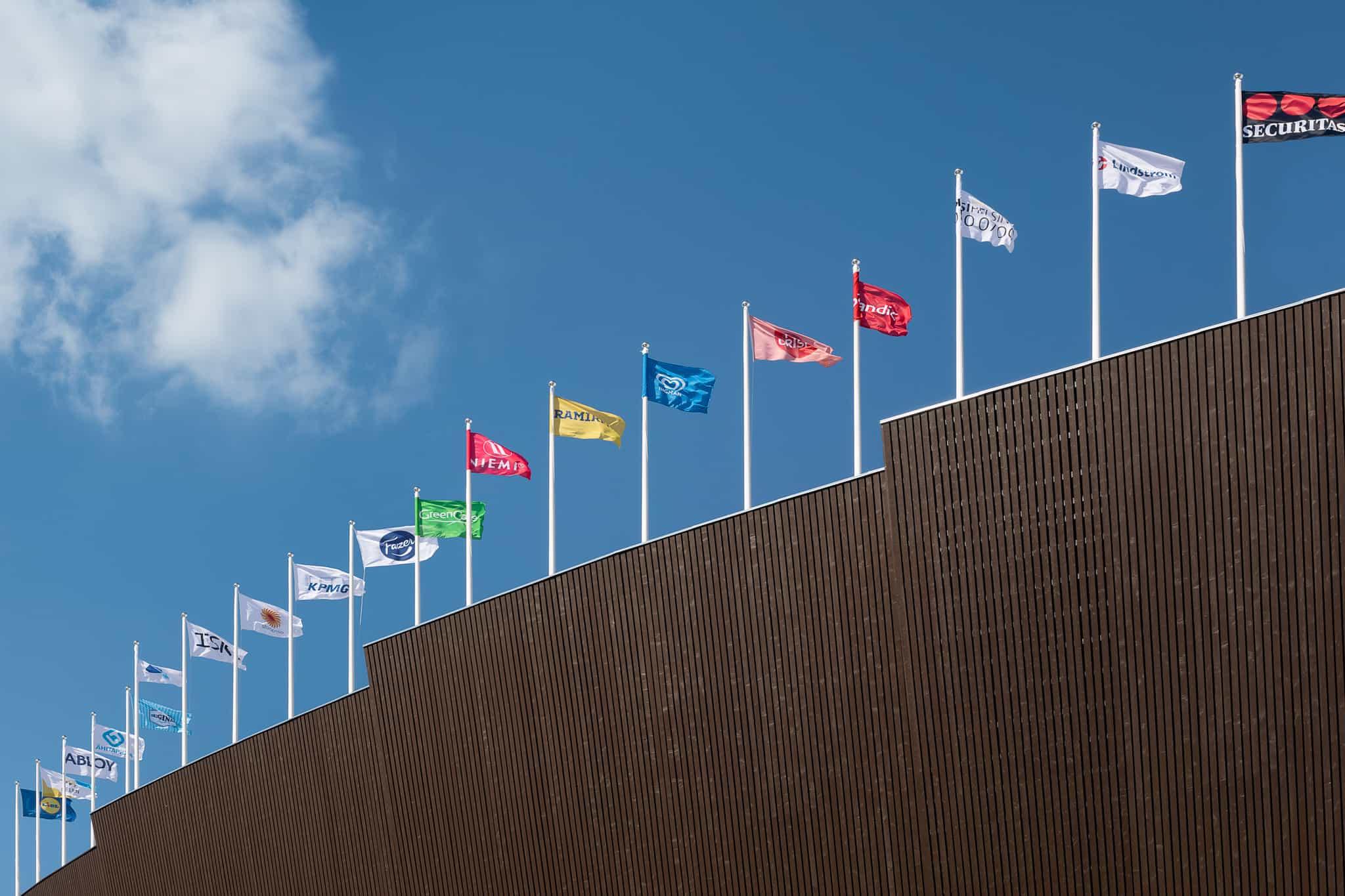 Olympiastadionin julkisivu on tehty valmiiksi maalatusta kuusilaudasta