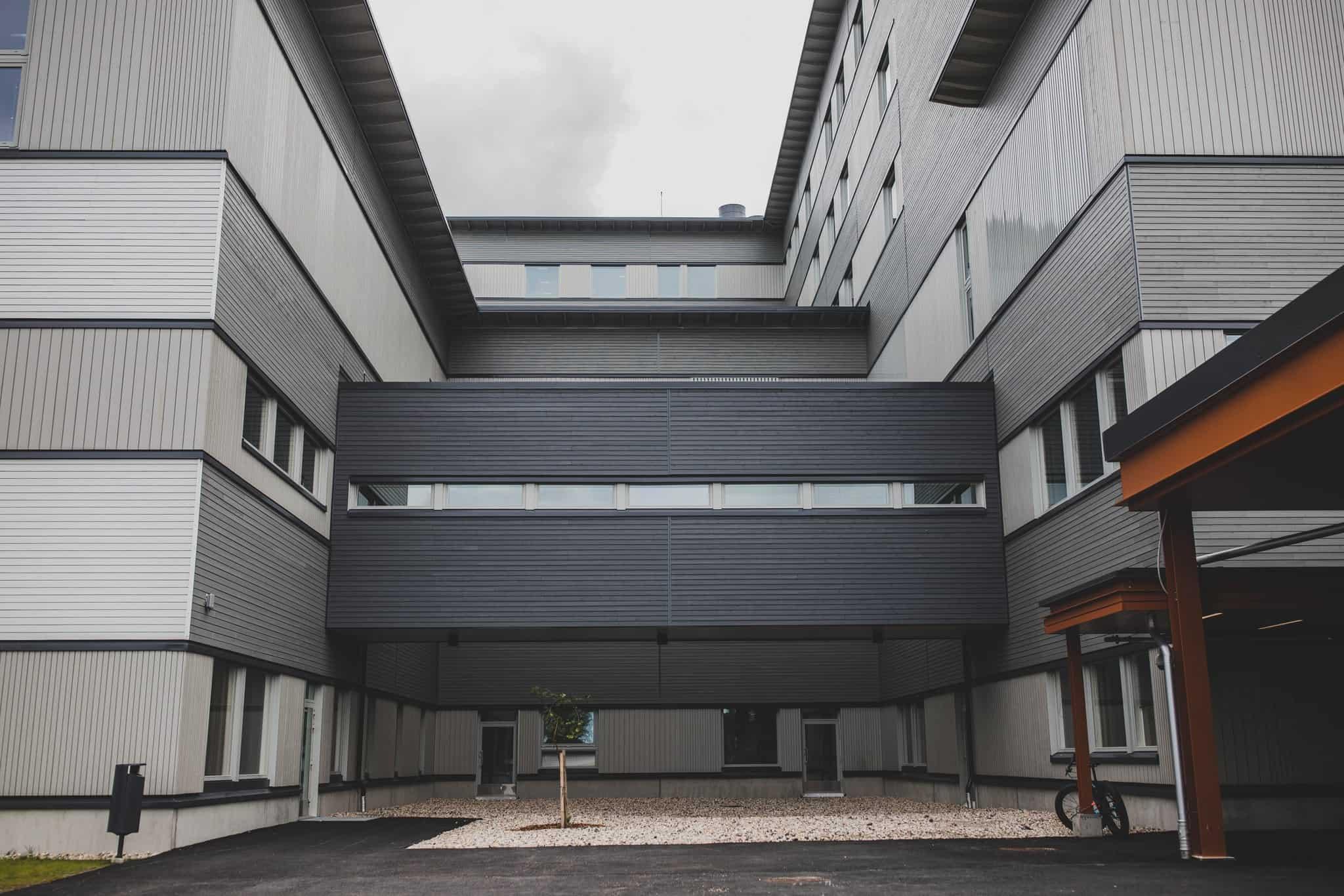 Palosuojattu ulkoverhouspaneeli, UYW 28x120 ja UYS 28x160 sävyt 619X, 571X, 565X / Kainuun sairaala, Kajaani