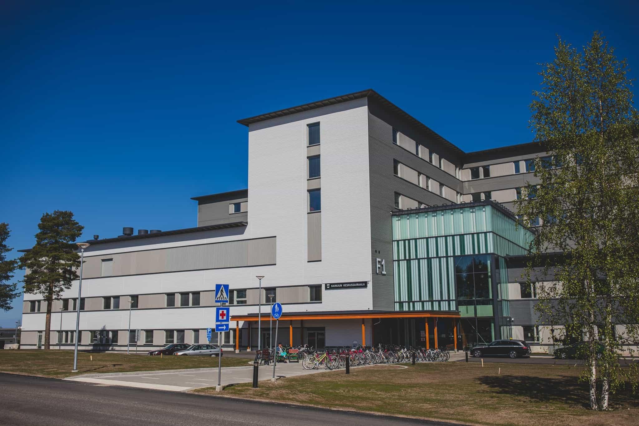 Palosuojattu ulkoverhouspaneeli, UYW 28x120 mm ja UYS 28x160 mm sävyt 619X, 571X, 565X, 569X / Kainuun sairaala, Kajaani